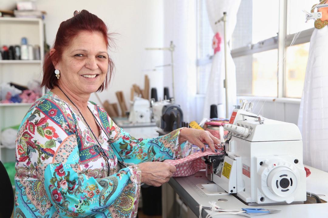 Empreendedora monta ateliê para aulas de costura  com apoio da Fomento Paraná