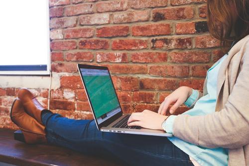 Cerca de 70% das mulheres empreendedoras utilizam a internet como canal de vendas