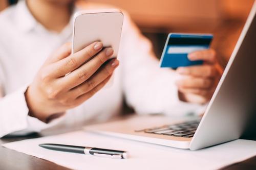 Um jovem,seu cartão de crédito e Customer Success!