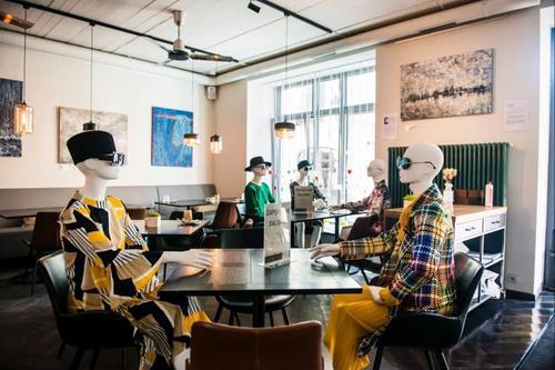 Distanciamento social – Marcas exibem suas coleções em cadeiras vazias de restaurantes